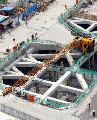 上海重型吊车侧翻1人死亡2人受伤(图)