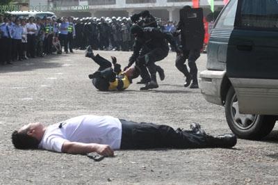狙击手一枪击毙劫持人质歹徒