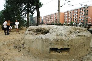 水泥碉堡现身铁路旁