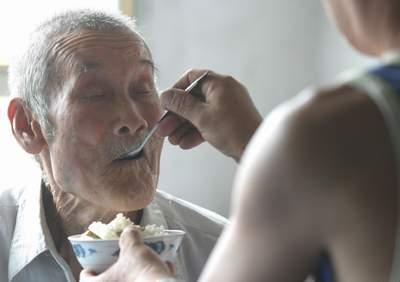 孕妇梦见给老人喂饭