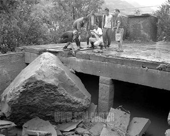 山滚巨石砸烂水站蓄水池