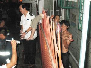 女青年6楼跌下扎上铁栅栏