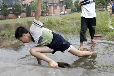 小学生穿雨鞋图片