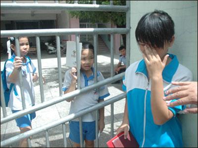 因晚10天报名海口一名初中女生被拒入学[图]女生精忠报国唱图片