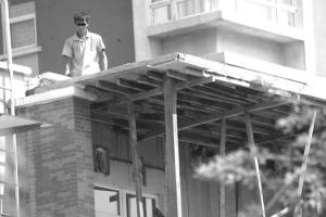 联体别墅主人私自加宽阳台邻居不满录像投诉