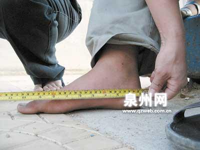 晋江:十三岁少年脚大无鞋穿