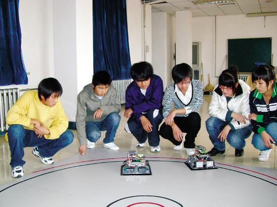 智能相扑手赛前热身   中国也有相扑赛了不过,参赛选手不是真人,而是机器人。刚刚在北京结束的全国青少年迎奥运机器人竞赛上,来自沈阳铁路机械学校的两名学生,携带他们参赛的机器人赢赢、阳阳,在激烈的对抗中扳倒众多大力士,分获机器人相扑赛第二、第三名,并同时荣获一等奖。10月25日,记者采访了凯旋的选手和他们的指导教师。   机电专业二年级学生冯文斌和位凌智都是校机器人协会成员。冯文斌创作赢赢的灵感来自足球场上的攻防转换,也就是说,当进攻时,防御力不能成为进攻的阻碍。经他建议,赢赢的四角各