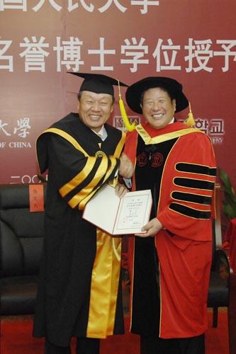 中国人民大学授予鱼允大教授名誉博士学位(图)