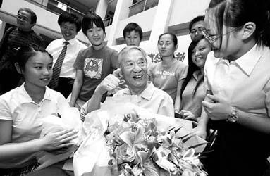 学生和校友向戴老师献上鲜花表达敬意王蔚;栗荣-市聋青技校庆戴目