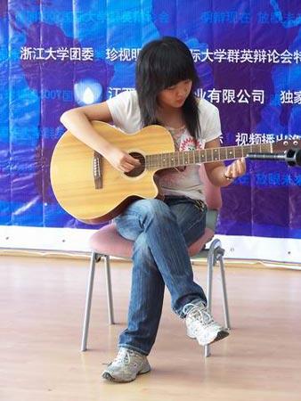 图文:女生吉他弹唱