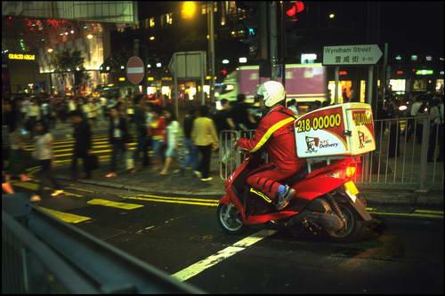 图文:夜晚送外卖的摩托骑士