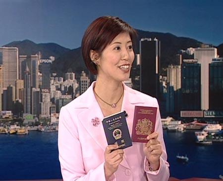 图文:李彤拿出两代护照做比较