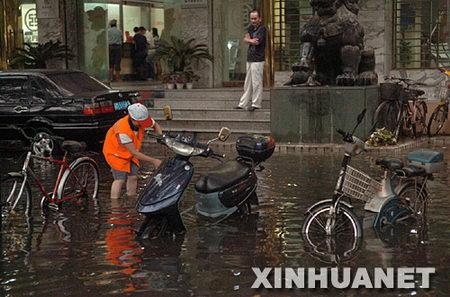 图文:暴雨过后南昌街头积满雨水