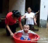 图文:小孩在母亲的帮助下快乐玩耍