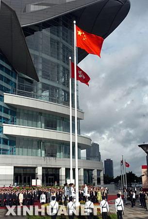 ...金紫荆广场举行升旗仪式   7月1日,香港金紫荆广场举行升旗仪...