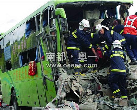 广西客车在广州遇车祸2死42伤 组图