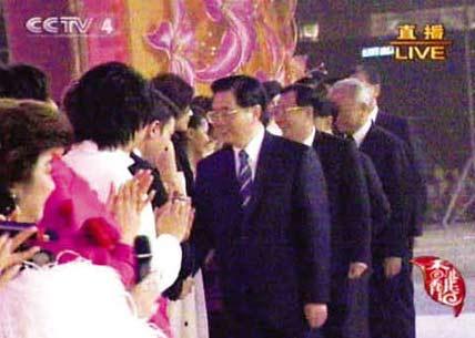 胡锦涛回归晚会上与刘德华握手达9秒(图)