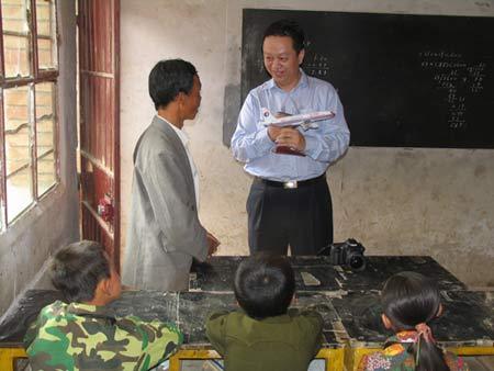图文:谢建华总裁与当地老师交流