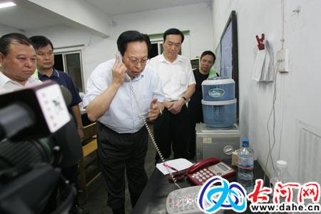 河南省委书记与井下被困矿工通电话(组图)