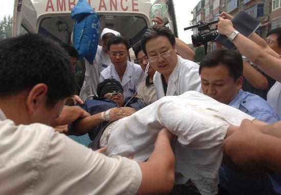 图文:第一名获救矿工被抬下救护车