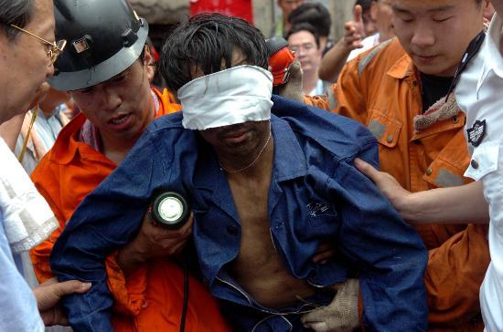 图文:最后一名遇险矿工曹百成被救出