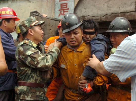 图文:遇险矿工被成功救出矿井
