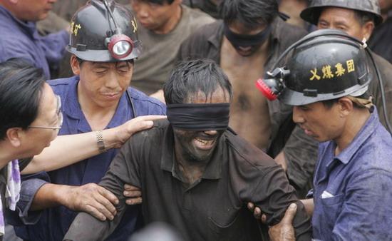 图文:获救矿工放声痛哭