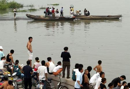 钱塘江潮水卷走30多人2名失踪者身份确认(图)