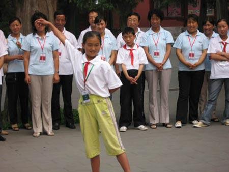 图文:乡村师生与歌手叶蓓互动联欢