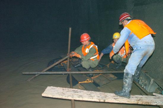 图文:宜万铁路隧道透水事故进入安全搜救阶段
