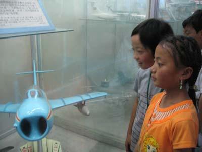 图文:孩子们认真地看飞机