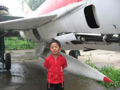 图文:藏族小男孩在飞机前