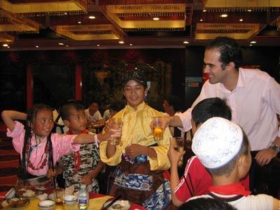 图文:外国朋友与师生一起联欢