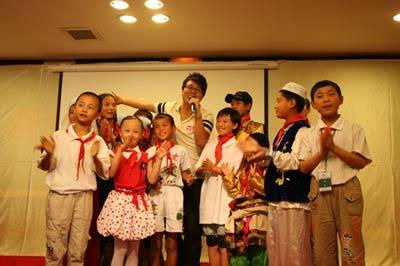 图文:歌手赵中晨与西部儿童一起歌唱
