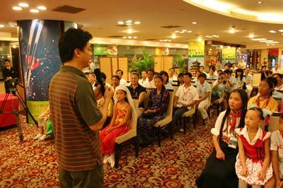 图文:崔永元先生与师生亲切聊天