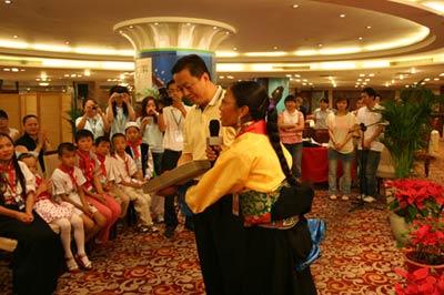 图文:藏族教师为谢建华先生献礼物