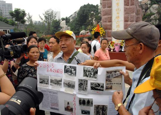 图文:(晚报)东北老人成都街头讲抗日