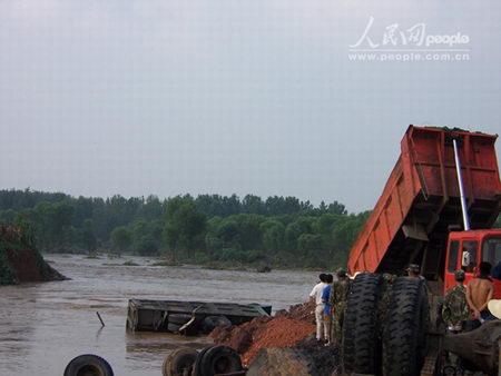 组图:山东新泰煤矿事故溃水处差10米合龙