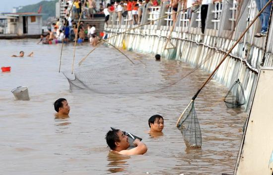 组图:长沙湘江惊现鱼群市民纷纷捞鱼