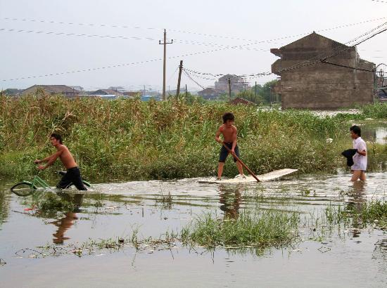 图文:台州温岭市几位居民正通过积水的道路