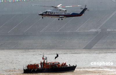 长江三峡举行水上联合搜救演习(组图)