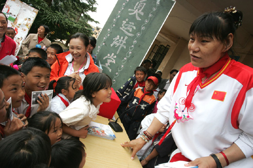 图文:郑海霞和陈露向小朋友们讲解奥运知识