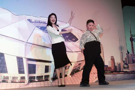 图文:主持人和特奥运动员一起舞蹈