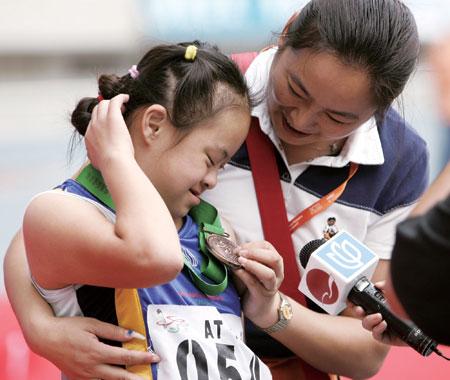 图文:一名特奥会运动员和教练