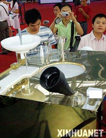 组图:我国首颗人造月球卫星嫦娥一号模型亮相