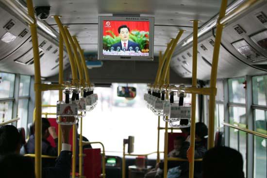 图文:62路公交车上转播十七大会议实况
