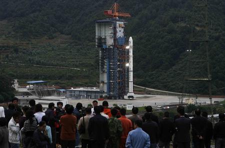 图文:观众在嫦娥卫星发射现场等待观看发射