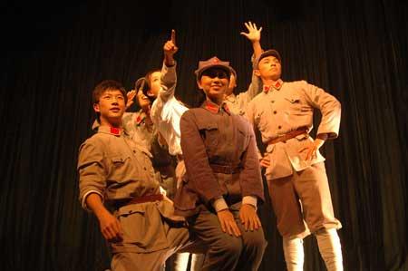 组图:中国人民大学上演校庆话剧《人大青春》