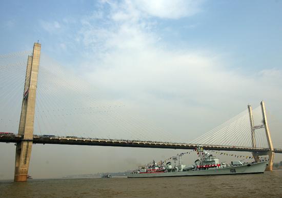 西安舰通过武汉长江二桥
