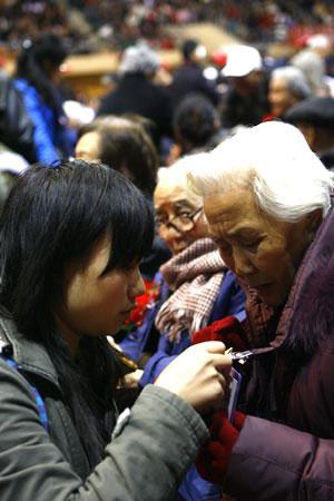 组图:中国人民大学老校友、新校友们亲切交谈